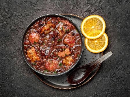Печен шарен боб със свински ребра и домати на фурна - снимка на рецептата